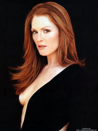 Το μαύρο αναδεικνύει αδιαμφισβήτητα το κατακόκκινο μαλλί και μετέτρεψε την Τζούλιαν Μουρ στην απόλυτα μοιραία γυναίκα!