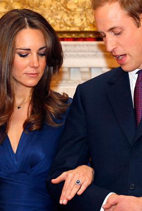 Η Κέιτ και ο Γουίλιαμ κοιτάζουν το δαχτυλίδι της Νταϊάν κατά τη διάρκεια της πρώτης επίσημης εμφάνισής τους ως αρραβωνιασμένοι. Τότε η μέλλουσα νύφη ήταν λίγο πιο  γεμάτη  και της έκανε μια χαρά. Τώρα
