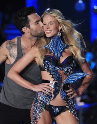 Ο τραγουδιστής των Maroon 5 δείχνει την αγάπη για την εντυπωσιακή Αν