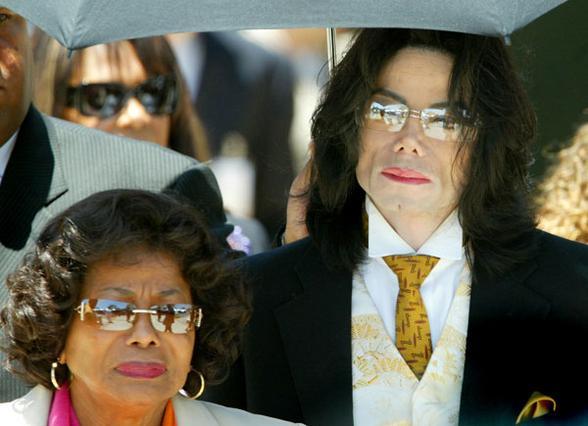 Η μητέρα του Μάικλ Τζάκσον, Κάθριν,  είναι το μοναδικό μέλος της  οικογένειας, που εκτός από τα τρία παιδιά του κερδίζει μερίδιο από  την περιουσία του.