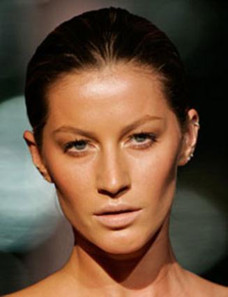 Το πρόσωπο της Ζιζέλ δείχνει άψογο χωρίς πολλά καλλυντικά. Φτάνει η ιδανική βάση για άψογο  αποτέλεσμα!