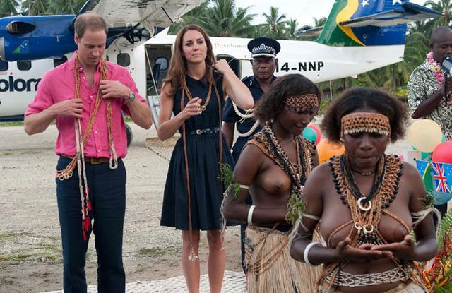 Γυμνόστηθες ντόπιες υποδέχονται εθιμοτυπικά τον Γουίλιαμ και την Κέιτ στο νησί του Σολομώντα.