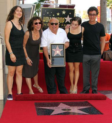 Ο Ντάνι ντε Βίτο, η Ρία Πέρλμαν και τα τρία τους παιδιά, Ντάνιελ, Γκρέις και Λούσι καμαρώνουν για το αστέρι του ηθοποιού στη λεωφόρο της δόξας στο Λος Άντζελες.