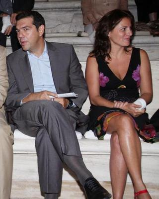 Η σύντροφος του Αλέξη Τσίπρα, έχει ένα δικό της ιδιαίτερο στιλ και δεν είναι άλλη από την  Περιστέρα Μπαζιάνα, που πάντα είχε χαμηλό προφίλ στο πλευρό του Αλέξη Τσίπρα. Η νίκη του προέδρου του ΣΥΡΙΖΑ,
