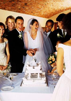 Με λίγους καλούς φίλους κοντά σου η γιορτή για τον γάμο σου θα είναι  ακόμη πιο ζεστή.