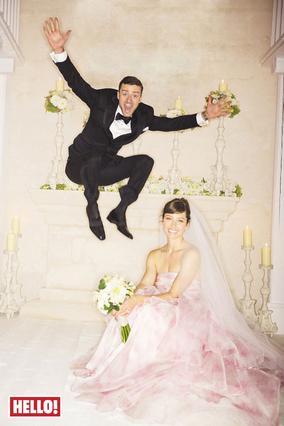 Η πρώτη φωτογραφία του ζεύγους που δημοσιεύεται από το περιοδικό Hello. Η νύφη κούκλα στο ροζ Giambattista Valli Haute Couture νυφικό της και ο γαμπρός, απλά... παίζει!