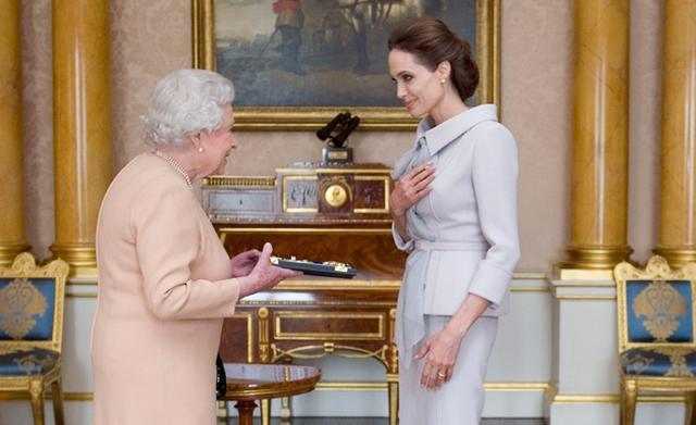 Όταν η Αντζελίνα συνάντησε τη βασίλισσα Ελισσάβετ