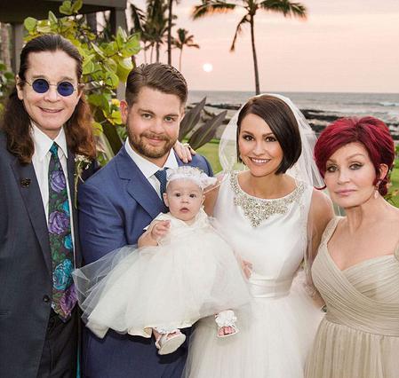 Ο Όζι Όσμπουρν καμαρώνει δίπλα στον γιο, τη νύφη και την εγγονή του. Δίπλα τους και η Σάρον.