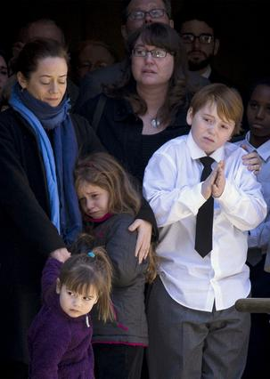 Η Μίμι Ο' Ντόνελ στην κηδεία του Φίλιπ Σίμουρ Χόφμαν μαζί με τα παιδιά τους, Γουίλα, Ταλούλα και Κούπερ...