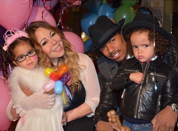 Η Μαράια, ο Νικ και τα παιδάκια τους σε παλιότερες, πιο ευτυχισμένες στιγμές...