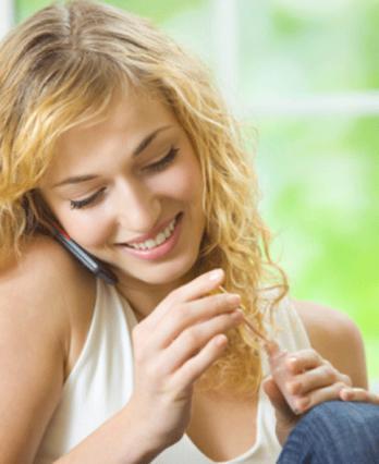 Βάψε τα νυχάκια σου σπίτι ακόμη  και όταν μιλάς στο τηλέφωνο, έτσι θα είσαι πάντα περιποιημένη!