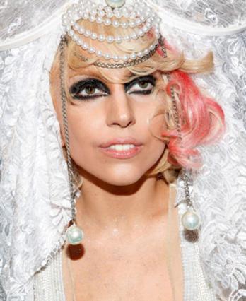 Η Lady Gaga έβγαλε το μαύρο γλίτερ με τη βοήθεια του σελοτέιπ!