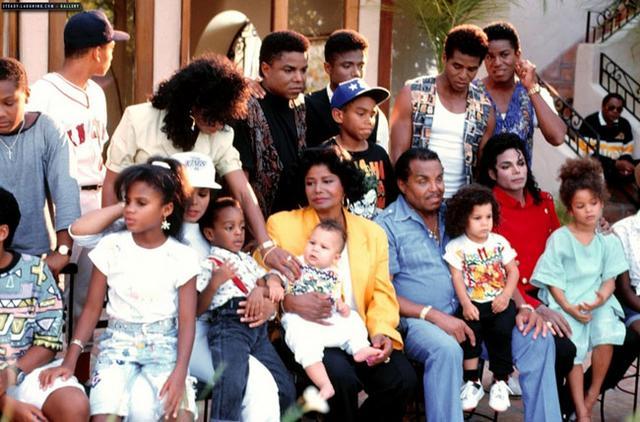 Τα μέλη της οικογένειας Τζάκσον  σφάχτηκαν  πολλές φορές για το ποιος θα έχει την επιμέλεια των παιδιών του Μάικλ. Όμως μπροστά σε αυτή την τραγική στιγμή, φαίνεται ότι άφησαν τις διαφορές τους στην ά