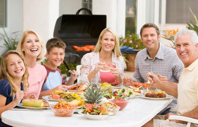Tips  επιβίωσης  για το οικογενειακό πασχαλινό γεύμα