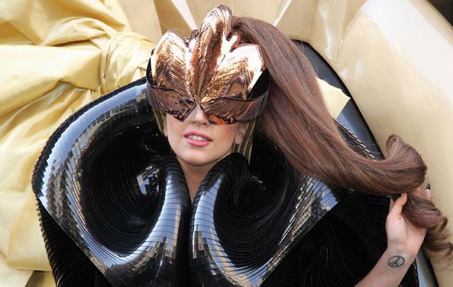 Μήπως επειδή πάχυνε φοράει όλα αυτά τα παράξενα κοστούμια η Lady Gaga;