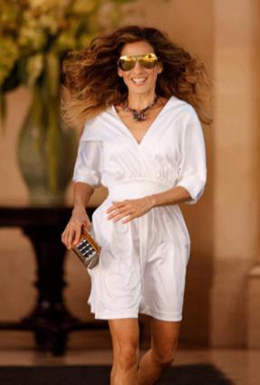 Η Σάρα Τζέσικα Πάρκερ ξέρει καλά οτι το λευκό φορεματάκι της τη βγάζει ασπροπρόσωπη από το πρωί ώς το βράδυ!