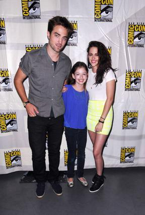 Ο Ρόμπερτ Πάτινσον και η Κρίστεν Στιούαρτ με τη μικρή Μακένζι Φόι που ερμηνεύει την κινηματογραφιή τους κόρη, Ρένεσμι, στην τελευταία ταινία του  Twilight .