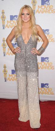 Η Λίντσεϊ ποζάρει στο κόκκινο χαλί των MTV Movie Awards φορώντας  το κατάλληλο ρούχο για να κρύβει  το βραχιολάκι στον αστράγαλό της! Φαίνεται, όμως, ότι στο πάρτι  που ακολούθησε, τα έτσουξε  και σήμ