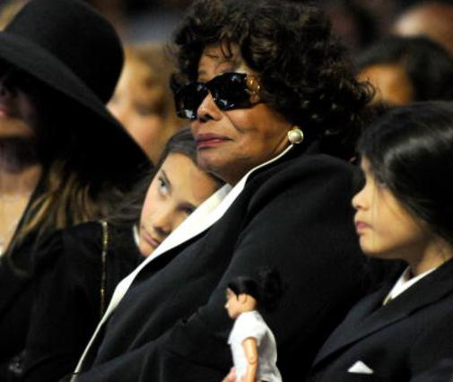 Η γιαγιά Κάθριν με την Πάρις και τον Μπλάνκετ στην κηδεία του Μάικλ