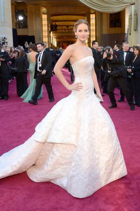 Εντυπωσίασε στο κόκκινο χαλί με το Dior φόρεμά της η Τζένιφερ Λόρενς