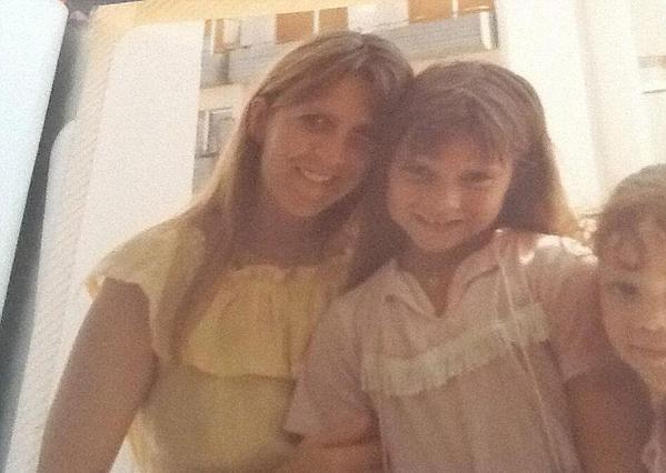 Βικτόρια Μπέκαμ: Αγνώριστη στην αγκαλιά της μαμάς