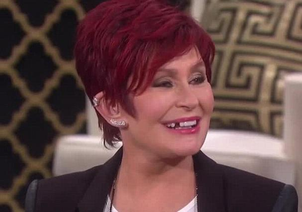 Η Σάρον Όσμπουρν έχασε... δόντι σε ζωντανή μετάδοση!