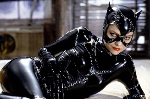 Ναι, είναι πολύ εύκολο να ντυθείς Catwoman και δες παρακάτω πώς. Τα απαραίτητα για το λουκ:  1. Ένα μαύρο κολάν το 'χεις, δεν μπορεί.  2. Ένα μαύρο εφαρμοστό μπλουζάκι, ή ένα μαύρο εφαρμοστό ζιβάγκο,