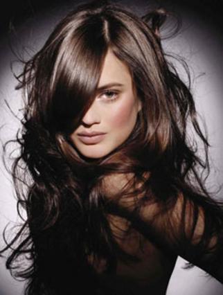 Τα μακριά κυματιστά μαλλιά είναι μία από τις ιδανικότερες επιλογές για το ρεβεγιόν...