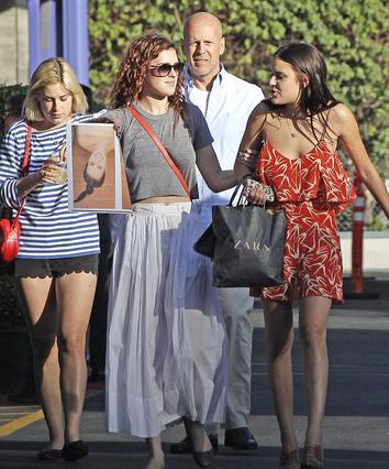 Ο Μπρους Γουίλις είναι πάντα κοντά στις κόρες του από τον γάμο του με την Ντέμι Μουρ.