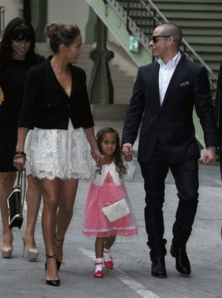 Μια ευτυχισμένη οικογένεια στο Παρίσι. Η Τζένιφερ Λόπεζ φτάνει στην επίδειξη του οίκου Chanel (Άνοιξη-Καλοκαίρι 2013) συνοδευόμενη από τον αγαπημένο της Κάσπερ Σμαρτ και την κορούλα της, Εμ. Από τη φω