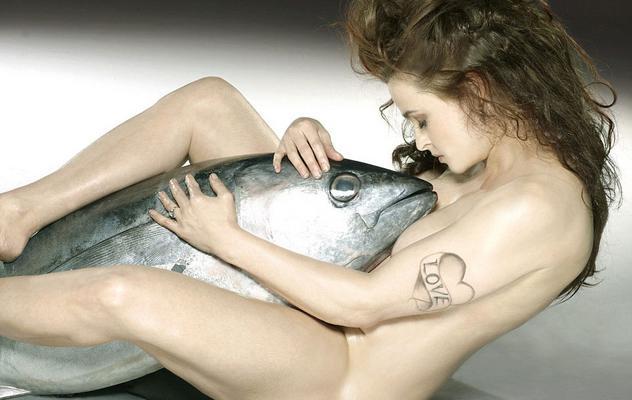 Η Έλενα Μπόναμ Κάρτερ (Helena Bonham Carter) πέταξε τα ρούχα της και φωτογραφήθηκε αγκαλιά με ένα τεράστιο τόνο για τις ανάγκες του ιδρύματος Blue Marine Foundation εναντίον της υπεραλίευσης.   Παρότι