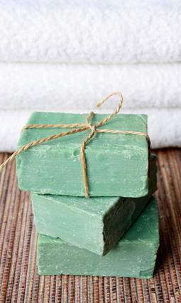 Το πράσινο σαπούνι κυκλοφορεί  και σε νιφάδες και είναι απόλυτα  συνυφασμένο με την καθαριότητα.
