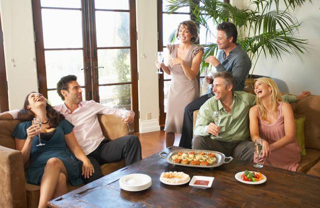 Μια βραδιά στο σπίτι με φίλους δίνει πάντα μια ευκαιρία για διασκέδαση.
