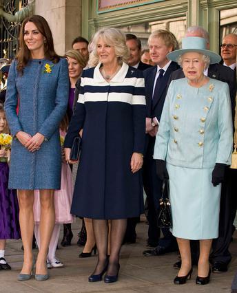 Κέιτ, Καμίλα και Ελισάβετ. Τα  κορίτσια του βρετανικού θρόνου  επέλεξαν όλα μπλε φορέματα σε διαφορετικές αποχρώσεις και... στριφώματα -ανάλογα με την ηλικία τους- για την πρώτη κοινή τους δημόσια εμφ