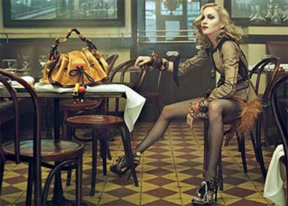 Η Μαντόνα ποζάρει για τη νέα συλλογή του Vuitton.