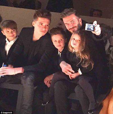 Η Χάρπερ κάθισε στην αγκαλιά του μπαμπά Ντέιβιντ και δίπλα από τους τρεις αδελφούς της στην πρώτη σειρά των καθισμάτων για να παρακολουθήσουν την επίδειξη της μαμάς <b>Βικτόρια</b> (Victoria) στη Νέα