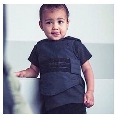 Μετά τα γαλάζια μάτια που  φόρεσαν  εκείνη και σύζυγός της, <b>Κάνιε Γουεστ</b> (Kanye West), η <b>Κιμ Καρντάσιαν</b> (Kim Kardashian)  χτύπησε  ακόμη μια φορά -μέσω σόσιαλ μίντια, εννοείται- με πρωτα