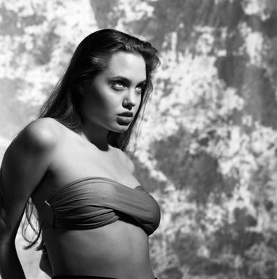 Η Αντζελίνα Τζολί (Angelina Jolie) ποζάρει για τον Σιν Μακνίλ (Sean McCall) στην τρυφερή ηλικία των 16 ετών και ο φακός τρελαίνεται.  Μία σειρά από αδημοσίευτες φωτογραφίές του διάσημου φωτογράφου βλέ