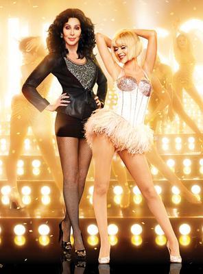 Η δασκάλα Σερ έδωσε μαθήματα στη μαθήτρια Κριστίνα το 2010 όταν οι δύο γυναίκες συμπρωταγωνίστησαν στην ταινία  Burlesque .   Σήμερα η Αγκιλέρα την μιμείται καταπληκτικά. Ιδού:   <iframe width= 560  h