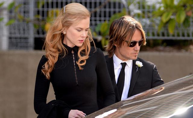 Λύγισε η Νικόλ Κίντμαν στην κηδεία του πατέρα της
