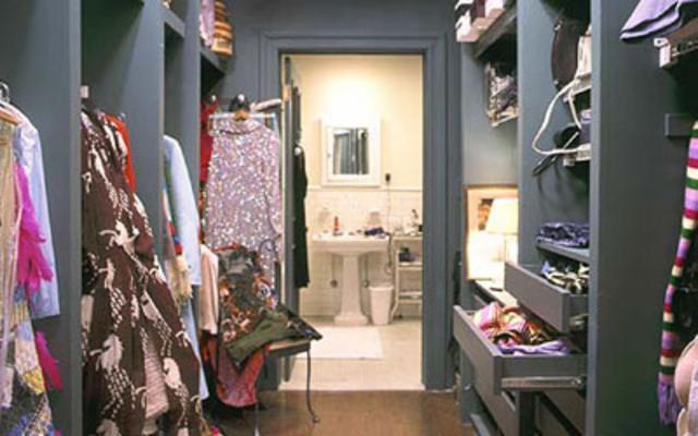 Εντάξει, μπορεί η δική σου ντουλάπα να μην είναι τεράστια σαν της Κάρι  Μπράντσο, αλλά κι εσύ οφείλεις να  κατηγοριοποιήσεις τα ρούχα σου προ- κειμένου να διευκολύνεις τη ζωή σου!