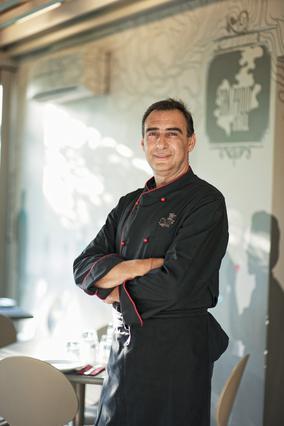 Πρόθυμος να μοιραστεί μαζί μας τα μυστικά του, ο Γιώργος Ζερβάκης αντιμετωπίζει το φαγητό ως ιεροτελεστία λόγω επαγγέλματος αλλά  και λόγω  καταγωγής.