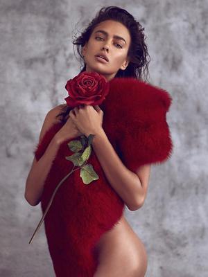 <p>Η Ιρίνα Σάικ (Irina Shayk) ποζάρει ακόμη μια φορά γυμνή, <strong>καλύπτοντας με δεξιοτεχνία επίμαχα σημεία του κορμιού της</strong>, τόσο όσο για να αφήνει τη φαντασία να καλπάσει.</p>  <p>Λίγο και