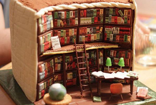 <p>Με μια πρώτη ματιά δύσκολα μπορεί κανείς να καταλάβει πως αυτή η πλήρως εξοπλισμένη βιβλιοθήκη... τρώγεται! Ναι είναι βρώσιμη! Δεν είναι δωμάτιο από playmobil, ούτε διακοσμητικό γραφείου αλλά ένα ν