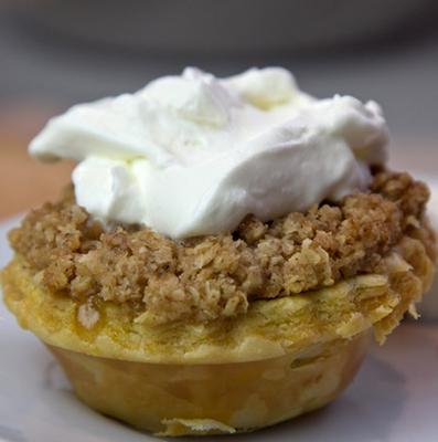 <p>Σαν γέμισμα σε πίτες, τάρτες ή κέικς τα αχλάδια προσφέρουν μια σαφώς πιο εξευγενισμένη εναλλακτική σε σχέση με την συνήθη επιλογή του μήλου ως του κλασικού χειμωνιάτικου φρούτου με εφαρμογή στη ζαχ