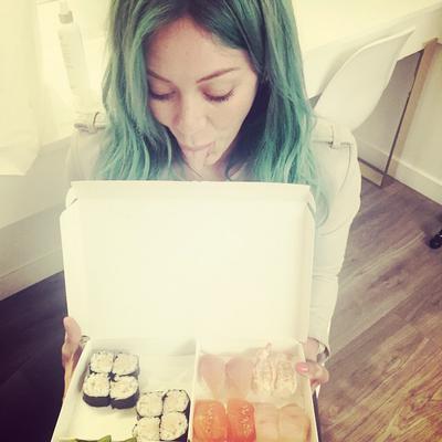<p><strong>Γοργόνα </strong>έγινε η 27χρονη σταρ και ως τέτοια<strong> τι θα έτρωγε; Σούσι!</strong> Αυτό λέει και η ίδια στη λεζάντα δίπλα στη φωτογραφία που πόσταρε στο Instagram.</p>  <p>Νωρίτερα,