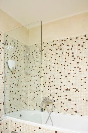 Μια γυάλινη πόρτα στη μπανιέρα,  ή και την ντουζιέρα, χαρίζει  πολύ στον χώρο. Αν δεν την αντέχεις οικονομικά, προτίμησε μια κουρτίνα  από διαφανές πλαστικό.