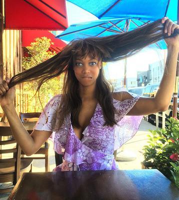 "<p>Με 25 χρόνια ""υπηρεσία"" στις πασαρέλες η Τάιρα Μπανκς (Tyra Banks) έχει κάνει -επαγγελματικά τουλάχιστον- δοκιμάσει όλα τα λουκ στο μαλλί. Ιδιωτικά, υπήρξε πιο συντηριτική. Μέχρι τώρα, πο"