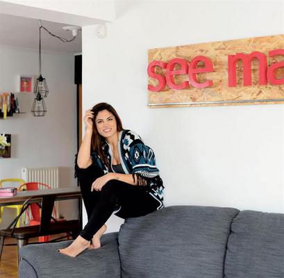 Η Συνατσάκη μέσω του περιοδικού ΟΚ μάς ξεναγεί στο μοντέρνο ρετιρέ της στην Αγία Παρασκευή. Η παρουσιάστρια, που έφυγε για πρώτη φορά από το πατρικό της στα 18 της, έχει βάλει το προσωπικό της στίγμα