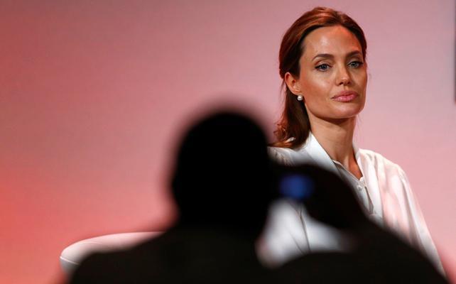 <p>Αν και λίγο νωρίτερα από ότι το προγραμμάτιζε, η Αντζελίνα Τζολί (Angelina Jolie) αφαίρεσε τις ωoθήκες και τις σάλπιγγές της και περιγράφει το χρονικό της επέμβασης στους σημερινούς <a href= http:/